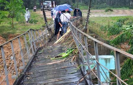 Nhiều cầu treo ở miền Trung có nguy cơ đổ sập