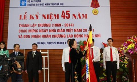 Trường ĐH Kiến trúc Hà Nội đón nhận Huân chương Lao động hạng Nhì