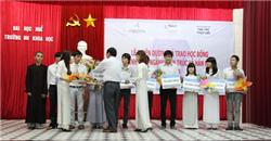 Tuyên dương và trao học bổng cho sinh viên ngành Kiến trúc và Hán nôm năm 2013.