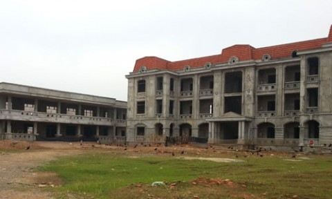 Trụ sở cũ xập xệ, trụ sở mới… bỏ hoang