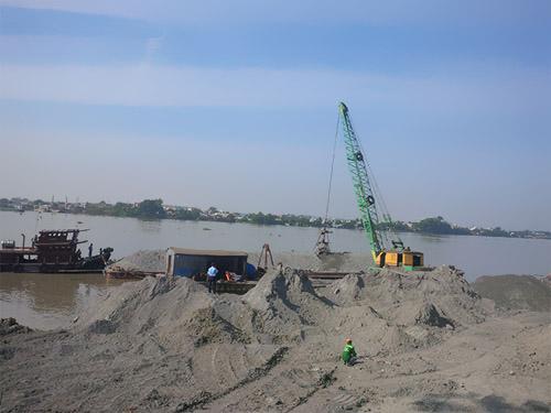 Sà lan chở đất đá của Công ty Toàn Thịnh Phát lấp sông/ Ảnh: Xuân Hoàng
