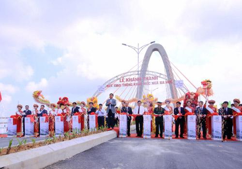 Lãnh đạo Bộ Giao thông và UBND TP Đà Nẵng cắt băng khánh thành cầu vượt ngã ba Huế. Ảnh: Nguyễn Đông.