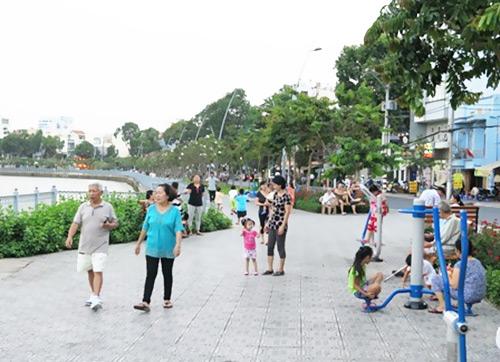 Kênh Nhiêu Lộc giờ là nơi để người dân thành phố hóng mát, thư giãn mỗi chiều.