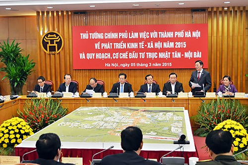 Chủ tịch UBND TP Nguyễn Thế Thảo báo cáo quy hoạch trục Nhật Tân - Nội Bài tại buổi làm việc với Thủ tướng Nguyễn Tấn Dũng sáng 5-3 (Ảnh: Phú Khánh)