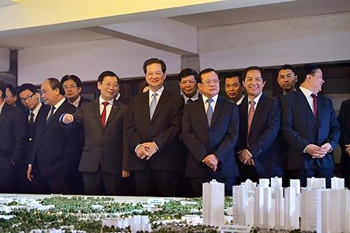 Thủ tướng Nguyễn Tấn Dũng cùng các đồng chí lãnh đạo xem mô hình Đồ họa quy hoạch xây dựng trụng Nhật Tân - Nội Bài (Ảnh: Phú Khánh)