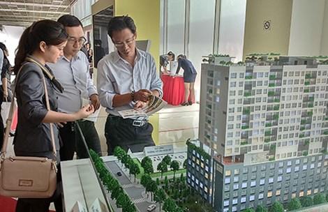 Khách hàng tham quan tìm hiểu mô hình căn hộ mẫu tại một dự án bất động sản ở quận 7, TP.HCM. Ảnh: QH