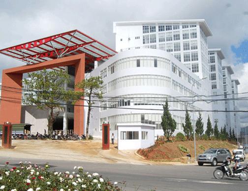 Theo các chuyên gia, chính quyền Lâm Đồng nên tận dụng những ngôi biệt thựcũ có giá trị tại Đà Lạt, tu bổ lại để làm trung tâm hành chính sẽ hợp lý hơn là xây cao ốc (Ảnh: Trung tâm Hành chính tập trung tỉnh Lâm Đồng có tổng vốn đầu tư trên 1.000 tỉ đồng)