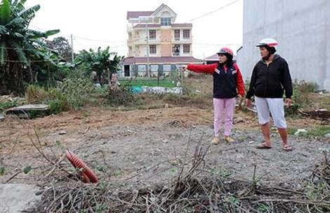 Bà Trần Thị Thúy Liễu (phải) giật mình vì được yêu cầu đóng thêm gần 300 triệu đồng cho phần diện tích chênh lệch của nền đất tái định cư. Ảnh: VIỆT HOA