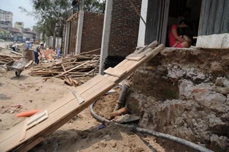Nhiều đoạn vỉa hè vẫn thi công nham nhở, mặt đường thấp hơn nền nhà đến hơn 1,5m.