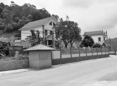Không chỉ xây tường bao, nhiều hộ dân xây cả nhà kho lấn chiếm lòng đường vào đền Kiếp Bạc.