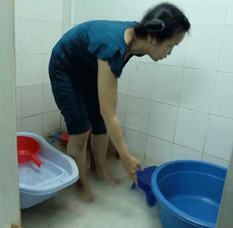 Nhà bà Nguyễn Thị Tuyết ở trên lầu cũng bị ứ đọng nước, nhà vệ sinh cứ lềnh bềnh. Ảnh: VH