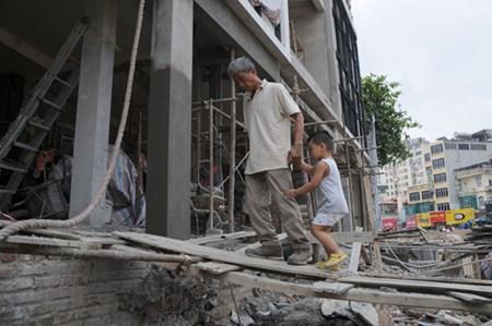 Hàng chục ngôi nhà trên tuyến đường này phải chịu cảnh tương tự, một số hộ dân phải đập nhà xây lại hoặc hạ thấp nền.