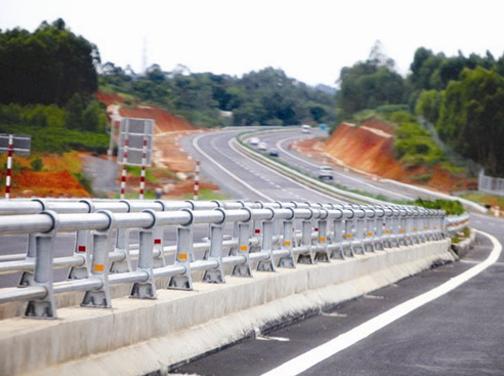 Việc kêu gọi và để khu vực tư nhân bỏ vốn tham gia vào xây dựng và quản lý hệ thống đường cao tốc vừa có thể san sẻ gánh nặng tài chính, đồng thời nâng hiệu quả và chất lượng hoạt động của hệ thống đường cao tốc. Trong ảnh: cao tốc Hà Nội - Lào Cai.Ảnh: MINH KHUÊ