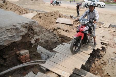 Anh Vũ Văn Đồng cho biết ban ngày anh chỉ dám đi xe chậm qua cầu tạm, tối phải dắt xe nhích từng bước để qua chiếc cầu gỗ sơ sài.
