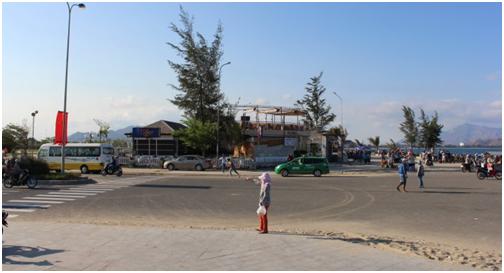Nhà hàng Vi Hồng xây dựng trong công viên biển Bình Sơn án ngữ ngay lối ra vào bãi tắm công cộng của người dân, du khách - Ảnh: M.Trân