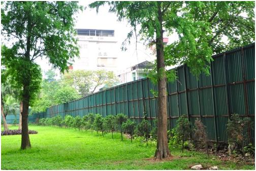Khu đất được quây tôn cao hơn 3 mét để tách biệt với bên ngoài khu vui chơi công viên Thống Nhất.