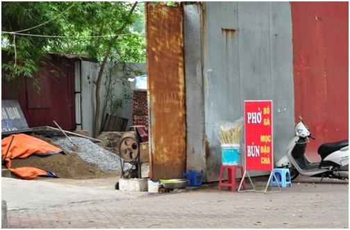 Ở đây còn có một quán bún phở thường được bán vào các buổi sáng sớm.