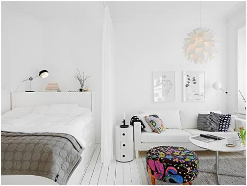 Một gợi ý để bạn có thể tách phòng ngủ thành một không gian riêng đó là nên đặt giường vào sát một góc tường. Bằng cách này chỉ cần thêm một tấm rèm là bạn có thể phân chia nơi nghỉ ngơi với khu vực tiếp khách.