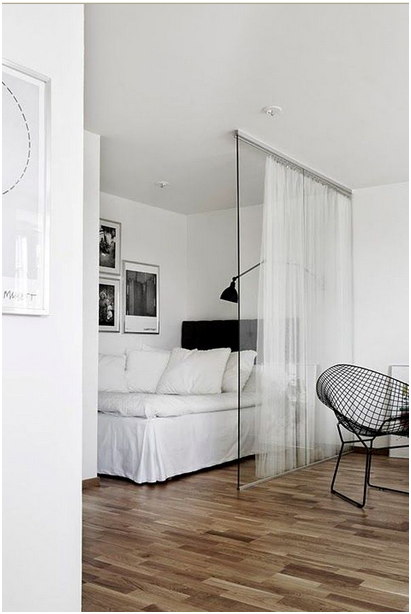 Nếu bạn mong muốn có sự riêng tư hơn nữa có thể chọn một bức tường kính, tất nhiên đi kèm phải là một dải rèm.