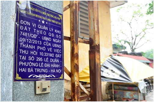 Tấm biển ghi quyết định thu hồi 10.331m2 đất tại số 295 Lê Duẩn được Sở Tài nguyên và Môi trường treo trước cổng khu đất.
