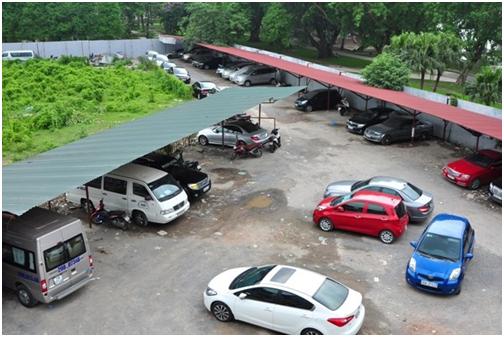 Bên trong, rất đông các xe ra vào gửi xe tại khu đất. Ở cổng ra vào bãi gửi xe luôn có bảo vệ túc trực.