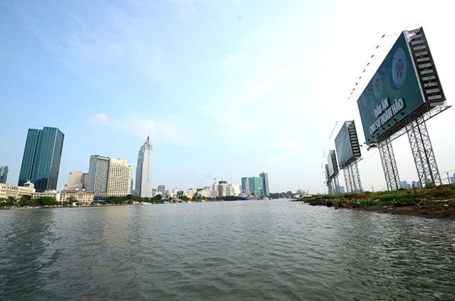 Nhiều nơi trên bờ sông Sài Gòn đã trở thành lãnh địa riêng, khắc phục tình trạng này không hề đơn giản - Ảnh: Thanh Tùng