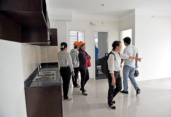 Khách xem một căn hộ chung cư ở Tân Bình. Ảnh: Thanh Đạm