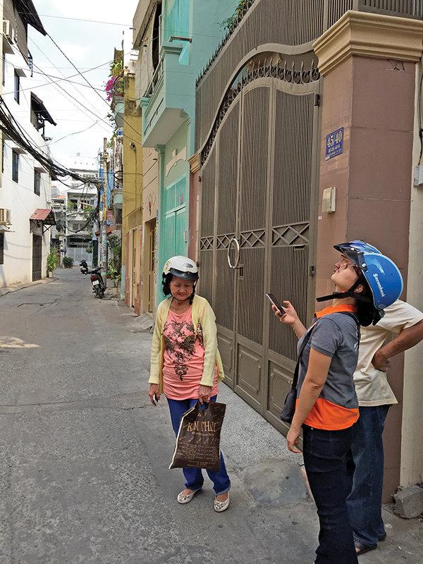 Khách xem nhà trên đường Nguyễn Văn Đậu (Q.Bình Thạnh, TP.HCM). Ảnh: H.K.