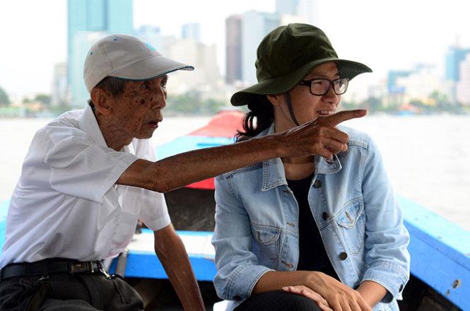 Kiến trúc sư Cổ Văn Hậu và kiến trúc sư Vũ Thị Hồng Hạnh trao đổi về cảnh quan hai bên bờ sông Sài Gòn sáng 7-5 - Ảnh: Thanh Tùng