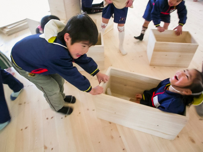 Trong trường có hàng trăm hộp nhỏ siêu nhẹ như vậy. Các em nhỏ vừa tham gia giúp thầy cô, vừa biến đồ dùng thành đồ chơi của mình.