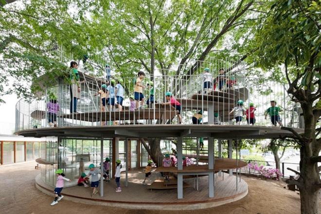 Nhà trường xây thêm 2 phòng học xung quanh một cây to. Nếu em nhỏ nào đủ khỏe có thể trèo cây để vào lớp học. Với đa số các trường, học sinh không được phép làm điều này nhưng thầy hiệu trưởng của trường Fuji tin rằng, các bé biết giới hạn của mình để dừng lại đúng lúc.