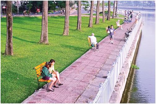 Người dân tận hưởng môi trường xanh kênh Nhiêu Lộc - Thị Nghè. Ảnh: VĂN KHÁNH