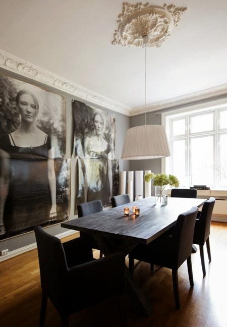 Hai bức tranh khổ lớn với sắc đen trắng đem lại chất sang trọng cổ điển cho phòng ăn.