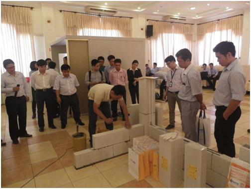 Các đại biểu tham khảo một điển hình xây dựng gạch bê tông khí chưng áp ACC, một loại vật liệu xây dựng mới đưa vào các công trình ở Việt Nam.