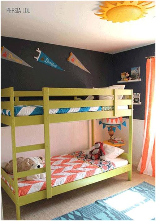 Giường tầng luôn là giải pháp hữu ích với các căn phòng chật. Các bé cũng thích leo trèo lên xuống nơi ngủ của mình.