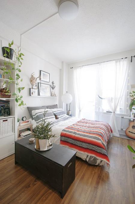 Trong căn hộ 18 m2, chủ nhà ưu tiên khu vực gần ban công nhiều ánh sáng cho giường ngủ. Một chiếc hòm lớn được sử dụng để phân cách với nơi tiếp khách.