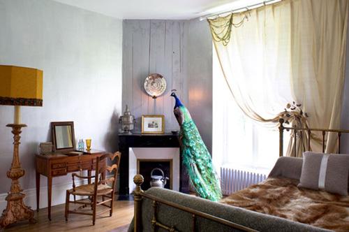 Chú chim công được đặt ở phòng ngủ khiến không gian trở nên thanh lịch và tinh tế.