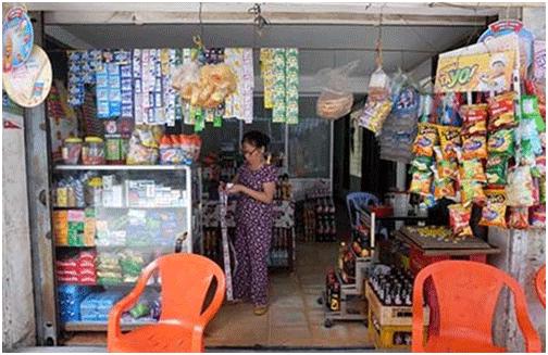 Bà Lưu Thị Tam, chung cư 327/9 Nơ Trang Long, phường 11, quận Bình Thạnh (TP.HCM), đã trả hết tiền cho chủ đầu tư hai năm nay nhưng vẫn chưa được cấp giấy. Ảnh: V.HOA