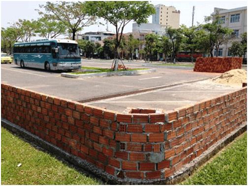 Công ty Triết Thuần xây dựng trái phép tường bao quanh công viên - Ảnh: Nguyễn Tú