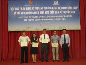 Tổng thư ký VUF Trần Quốc Thái trao Chứng chỉ chứng nhận thành viên cho các tổ chức thành viên mới.