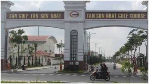 Sân golf Tân Sơn Nhất luôn có 2 bảo vệ đứng gác trước cổng (Ảnh: T.Q)