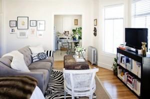 Nếu bạn muốn tạo ra những khu vực riêng biệt ở nhà nhỏ, bạn có thể đặt sofa ở giữa nhà.