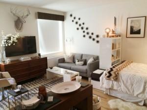 Các màu sắc trung tính, đen-trắng giúp cho căn hộ có rất nhiều đồ đạc không bị quá chật chội.