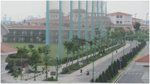 Khu đường nội bộ của sân golf và tòa nhà điều hành (Ảnh: T.Q)