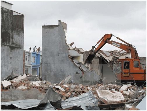 Phá dỡ nhà xây dựng không phép, sai phép tại ấp 1, xã Vĩnh Lộc B, huyện Bình Chánh. (Ảnh: Tràng Dương/TTXVN)