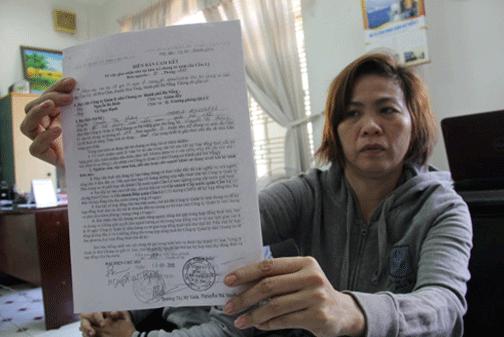 Chị Nguyễn Thị Phượng (P.Hòa Cường Nam, Q.Hải Châu, Đà Nẵng) với giấy tờ giả Trần Quang Hai cung cấp để vào ở chung cư - Ảnh: Trường Trung