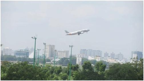 Do nằm giáp ranh sân bay Tân Sơn Nhất nên khi đóng góp ý kiến nên mở rộng sân bay Tân Sơn Nhất hay tđầu tư mới sân bay Long Thành, có nhiều ý kiến của các nhà khoa học, chuyên gia cho rằng nên bỏ sân golf để mở rộng sân bay (Ảnh: T.Q)