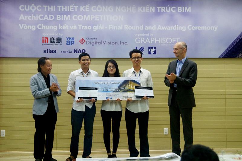 Nhóm đạt giải nhất - Nhóm H.G.T (gồm SV Lưu Vĩnh Hoàng,Trần Ngọc Giao & Nguyễn Vĩnh Hoàng Thảo) Giải thưởng: tham dự sự kiện ArchiFest 2015 tại Singapore & thực tập tại YKK AP