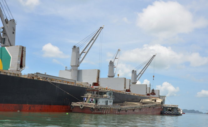 Lô hàng quặng sắt đầu tiên nhập từ Nam Phi đã bắt đầu được bốc dỡ vào VN phục vụ sản xuất nội địa từ ngày 21-6 - Ảnh: Cẩm Tú