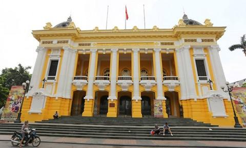 """Nhà hát lớn Hà Nội đang thay màu """"áo"""" mới"""